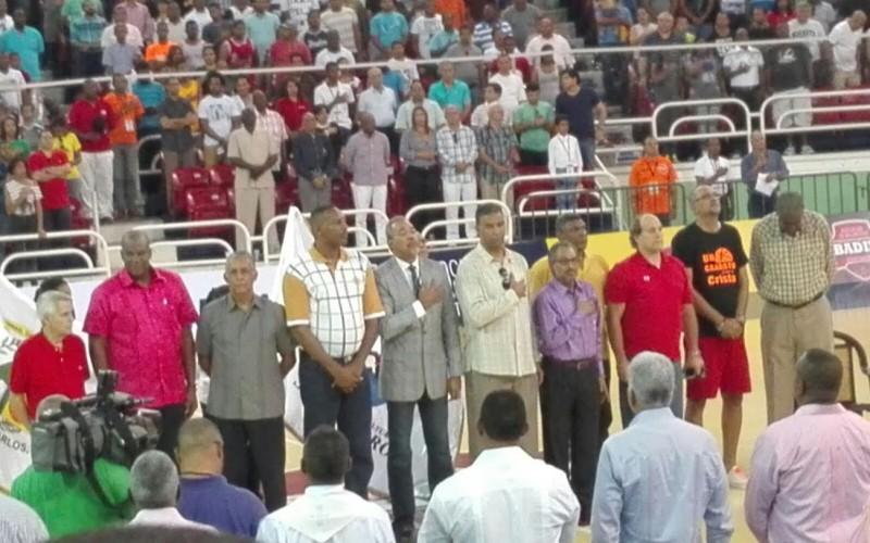 Mauricio Baez gana a San Carlos 74-66 en primer juego torneo baloncesto superior; reconocen estelares del 1977
