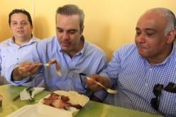"""Luis Abinader """"fajao"""" en campaña con un pica-pollo"""