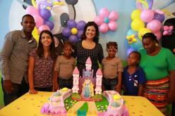 Vicepresidenta celebra con ex siamesas su cumpleaños 6