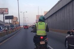 El agente de Amet muy campante en su moto por el tunel de La 27