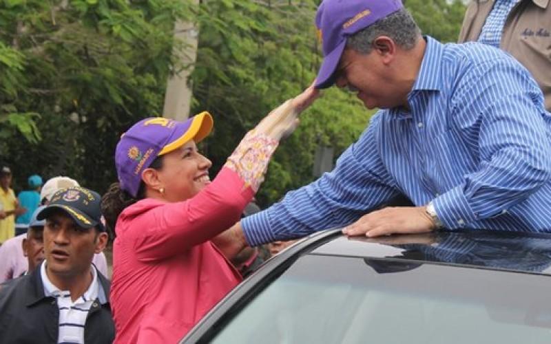 Margarita en coquetería con Leonel en medio de una caravana