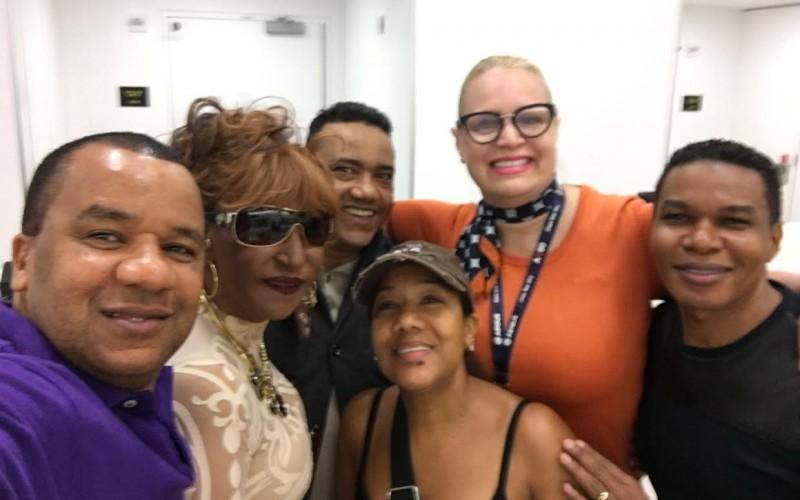 Vidal Cedeño y su tropa, con Fefita y Miguel y Raymond a la cabeza, subiendo al avion en el JFK/NY para venir a RD al premio Soberano
