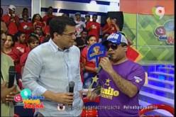 El Torito con camiseta morada y letras amarillas promoviendo al PLD y a Danilo… Y con gorra blanca y azul, promoviendo al PRM y a Luis