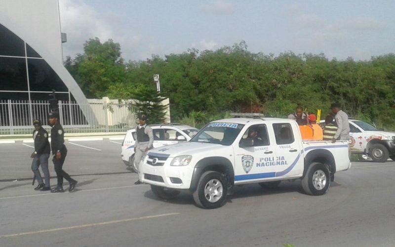 Nacionales haitianos les caen a pedradas a agentes de Migracion en Mata Mosquito, Bávaro