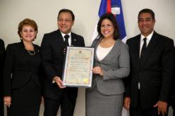 Margarita Cedeño recibiendo de la Asamblea Nacional su certificado como electa electa Vicepresidenta