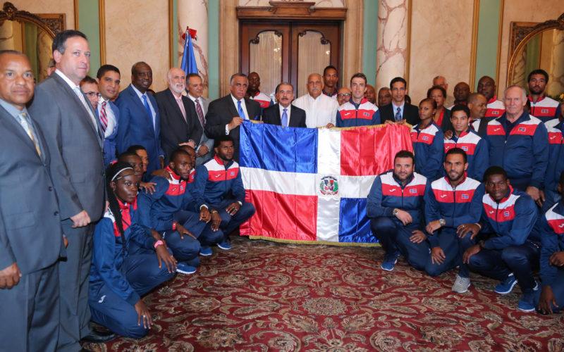 Video con el presidente Medina entregando Bandera Nacional a atletas dominicanos que van a Juegos Olimpicos Rio 2016