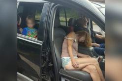 """""""Muertos"""" de sobredosis de heroína en carretera, y el muchachito mirando desde el asiento trasero del vehículo"""