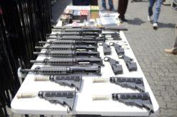 Aduanas decomisa cargamento de fusiles de asalto, escopetas, municiones y cargadores; inteligencia investiga