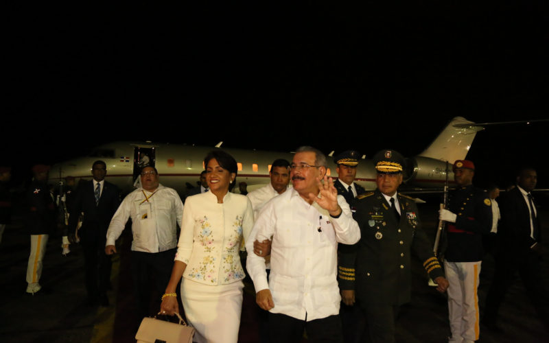 Regresa Danilo de Colombia luego de participar en la XXV Cumbre Iberoamericana
