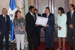 (Video) Presidente Medina condecora al doctor Luis E. Abréu García, gastroenterologo de RD que ha trascendido en España