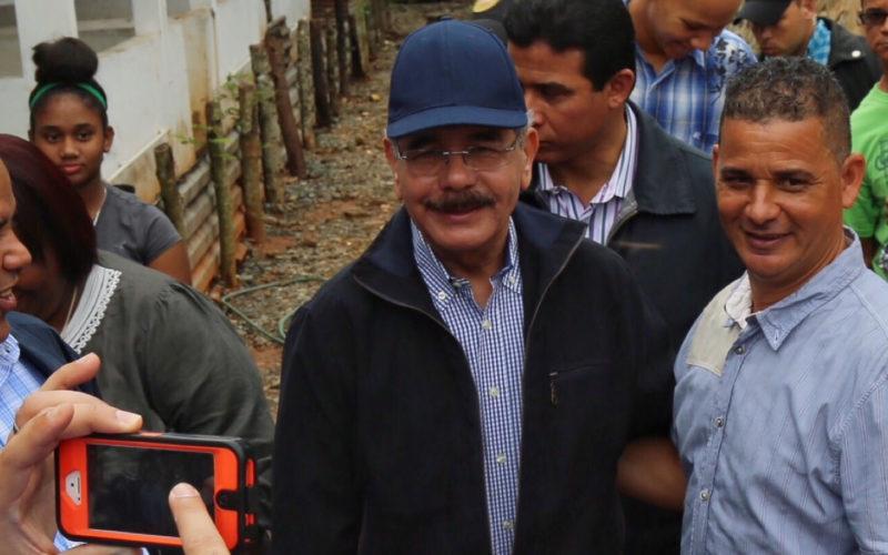 (Video) Danilo Medina en Piedra Blanca, Bonao, visitando productores de cerdos y pollos