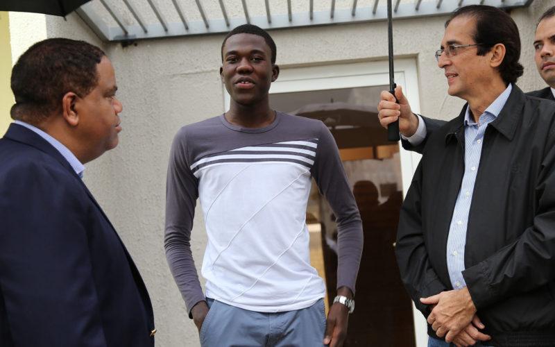 (Video) Luisito Pie recibe en su nueva casa a ministros de la Presidencia y de Deportes