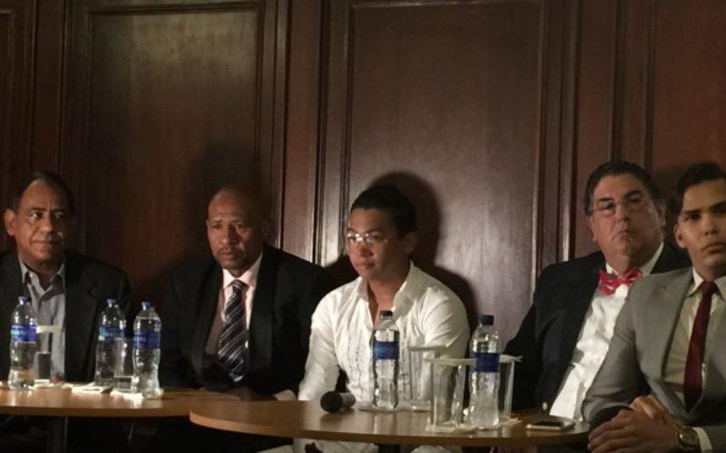Llegaron a un acuerdo David Kada y sus antiguos manejadores…? Las caras que se vieron en la rueda de prensa no dicen eso