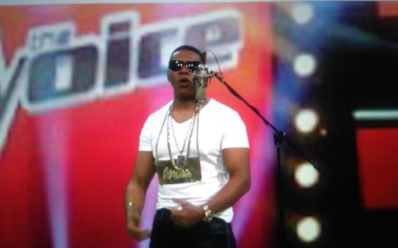 (Video) Raymond Pozo «tripiandose» a Omega, El Fuerte, en un famoso «festival de la voz»
