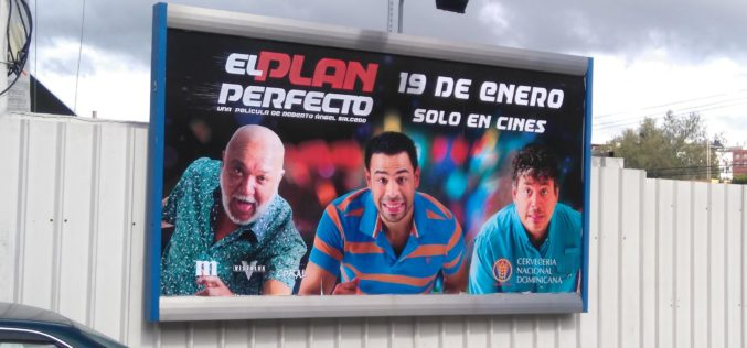 Jochy Santos, Roberto Angel y Daniel Sarcos promovidos intensamente en vallas de «El plan perfecto», la película