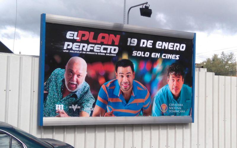"""Jochy Santos, Roberto Angel y Daniel Sarcos promovidos intensamente en vallas de """"El plan perfecto"""", la película"""