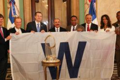 Directivos de los Cubs de Chicago visitan a Danilo Medina y le llevan el trofo de campeones de Serie Mundial