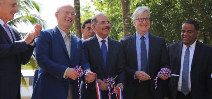 (Video) Danilo Medina asiste a inauguracion renovada academia de Los Dodgers de los Ángeles en  Guerra
