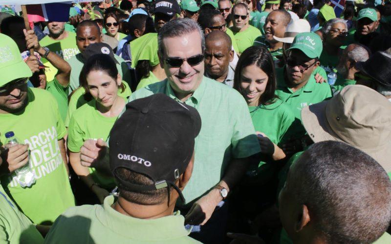 """Luis Abinader se integró a la marcha, felicitó a sus organizadores y la calificó de """"despertar social""""…"""