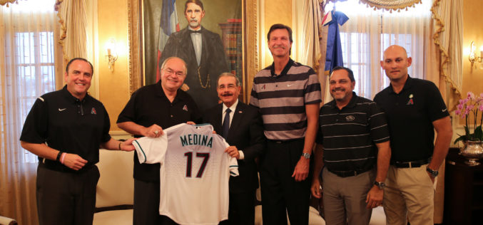 """(Video) El """"pequeño"""" Danilo Medina con el """"gigante"""" Randy Johnson"""