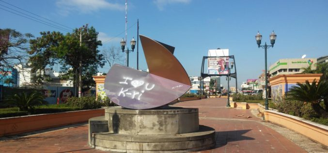 """La """"obra de arte"""" del Bulevar de La 27 tomada como valla por un hombre para declararle públicamente su amor a una mujer"""