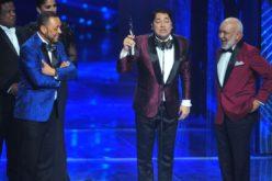 """(Video) El Pachá """"arrastró"""" a Jochy y a Michael Miguel para que lo acompañaran a recibir su premio como """"Animador del año"""""""