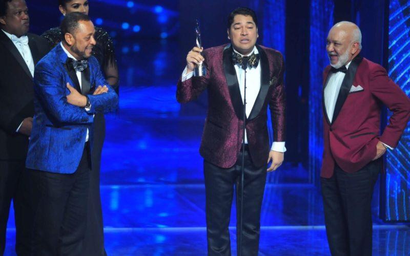 (Video) El Pachá «arrastró» a Jochy y a Michael Miguel para que lo acompañaran a recibir su premio como «Animador del año»