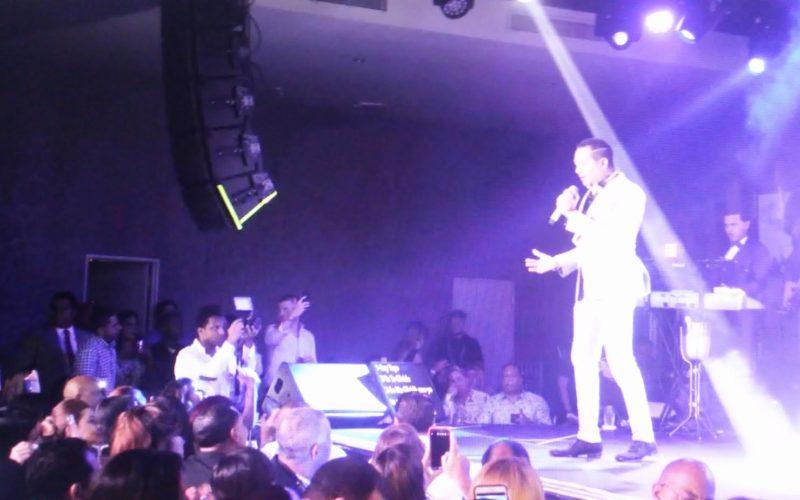 Frank Reyes «mata» en Hard Rock Cafe de Bluee Mall con «Devuélveme mi libertad»; llevó a Eddy Herrera como invitado…