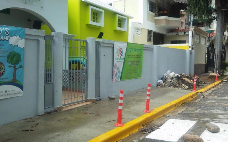 Colegios cogiéndose las aceras, los contenes, parte de la calle y poniendo la señalización vial que se les antoja