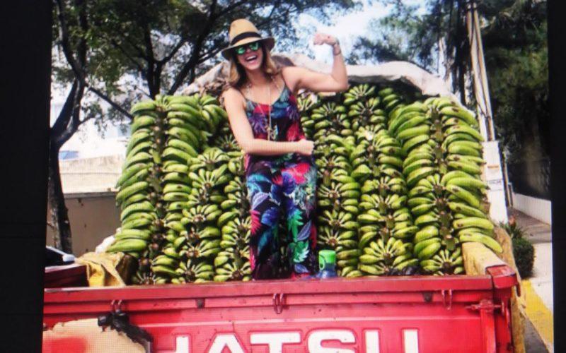 Pamela Sued anda vendiendo plátanos…?