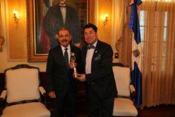 El Pachá fue a llevarle su Soberano a Danilo al mismísimo Despacho Presidencial del Palacio Nacional