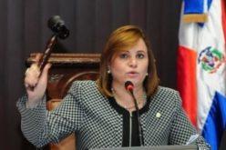 Lucía Medina como que se ha sobre-entusiasmado con el «carguito» y parece decidida a hacerle «Capú y no te abajes!» a Rubén