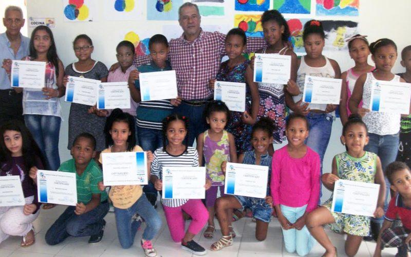 Estudiantes reciben certificados de Academia de Arte y Escritura Creativa en Santo Domingo Este