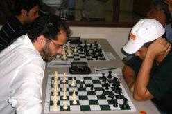 (Video) Al campeón de ajedréz en medio de una partida le mandaron una chica casi desnuda para desconcentrarlo