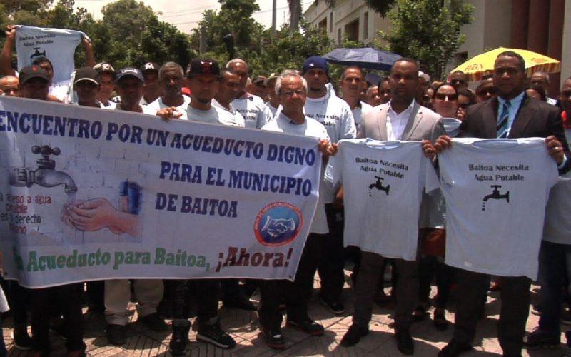 Baitoa «de pie» frente al Palacio Nacional reclamando la construcción de un acueducto