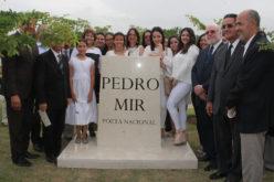 Trasladan restos del Poeta Nacional Pedro Mir del cementerio Cristo Redentor a Puerta del Cielo