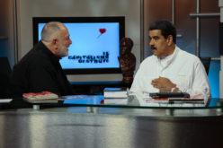Nicolás Maduro hablando en tv con un periodista y candidato a la Asamblea Nacional Constituyente