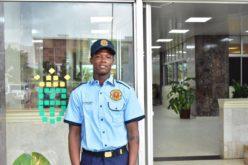 El alcalde David Collado presenta a «Robertico» (Salcedo?) como el primer «limpiavirios» convertido en Policía Municipal