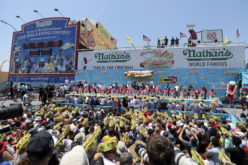 "Esteblece récord mundial al comerse 72 ""hot-dogs"" en 10 minutos en concurso celebrado en Coney Island, NY"