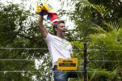 Leopoldo López ondeando su bandera venezolana y sus seguidores de la oposición celebrándolo