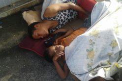 Durmiendo en el pavimento de paso peatonal del Puente de La 17