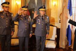 El presidente Medina juramentando al nuevo director general de la Policía Nacional