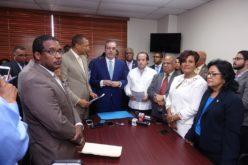 Luis Abinader entrega a senadores del PRM propuestas legislativas que contribuirían a getionar inversión y empleos