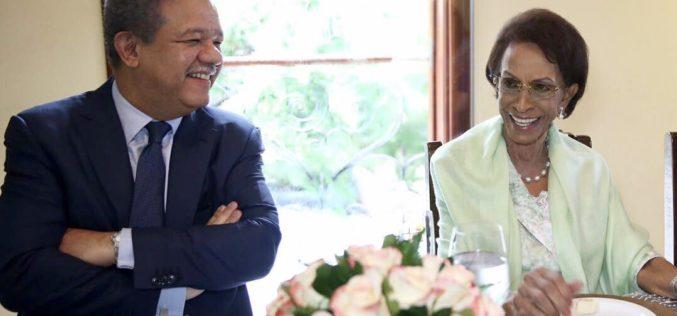 Leonel Fernández celebrándole el cumpleaños 92 a su mamá, doña Yolanda
