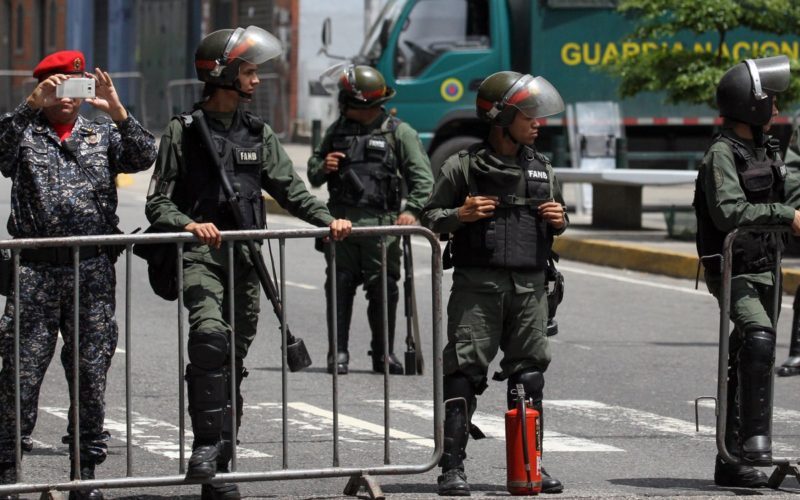 Acusan a un primer teniente activo de «complicidad» en rebelión en recinto militar de Venezuela