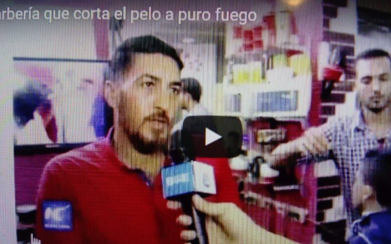 (Video) La barbería en la que recortan el pelo «a pura candela»…