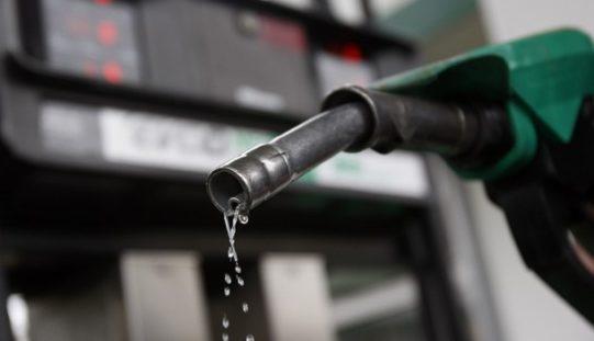 """Industria y Comercio le sube 7 pesos """"de un jalón"""" al galón de gasolina"""