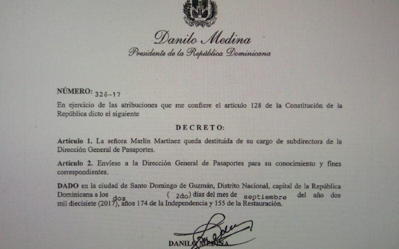 El decreto 326-17 de Danilo destituyendo a la mamá de Marlon Martínez como sub-directora de Pasaportes