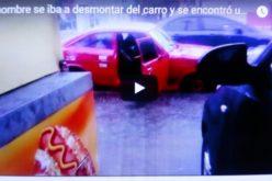 (Video) Cosas del huracán María… Abrióel carro para poner los pies en el asfalto, y se encontró con que navegaban en un río