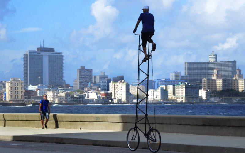 Pasearse La Habana en bicicleta de casi cuatro metros de altura